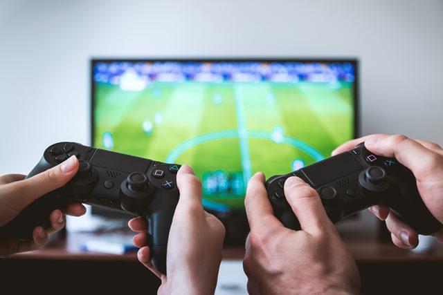 bermain games cara menghabiskan waktu selama di rumah aja